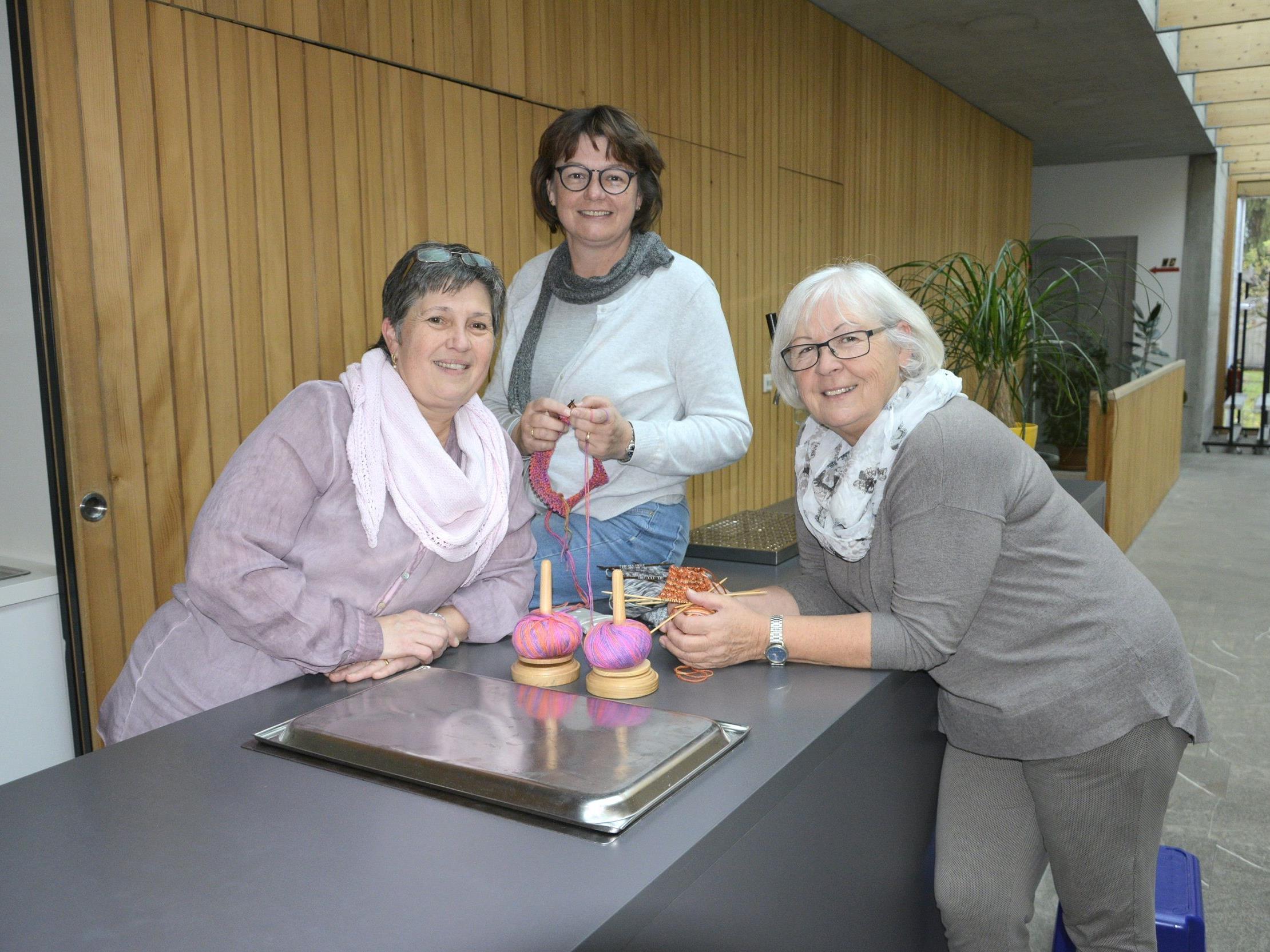 Die Idee zum Strickcafé hatte Ulrike Grabher (Mitte). Zusammen mit Christine Oss und Ilse Berkmann wurde die Idee verwirklicht.