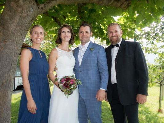 Das frisch vermählte Ehepaar Magdalena und Jürgen mit den Trauzeugen Christina Röthlin und Dietmar Büsel