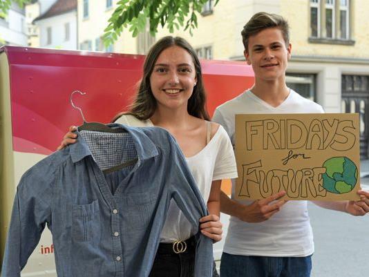 Kleider mitbringen und kostenlos eintauschen lautet die Devise bei den Kleidertauschpartys von Fridays for Future.