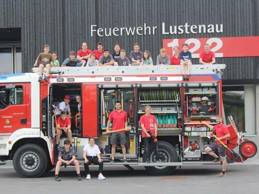 """: Für die Feuerwehrjugend ist das neue Fahrzeug ein wichtiges Lernobjekt, anhand dessen via """"learning by doing"""" das Wissen vermittelt wird."""