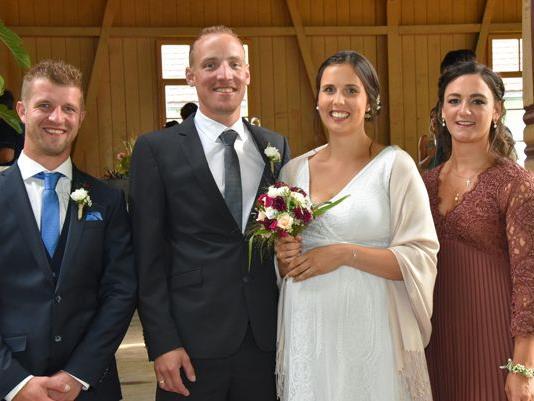 Das frisch vermählte Ehepaar Claudia und Manuel mit den Trauzeugen
