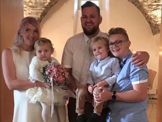 Das frisch vemählte Ehepaar Birgit und René mit ihren drei Kindern