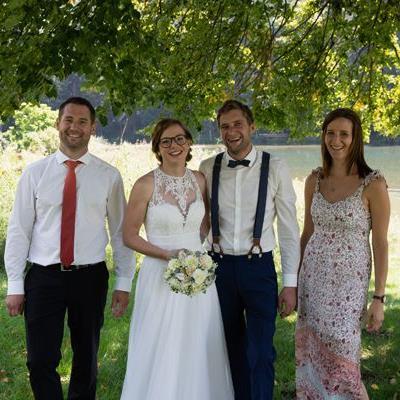Das frisch vermählte Ehepaar Stephanie und Michael mit den Trauzeugen.
