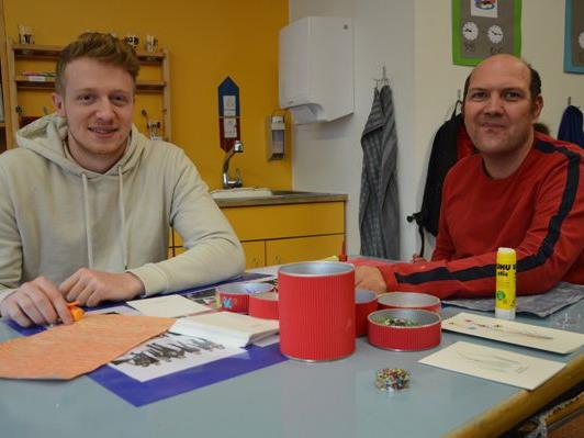 Viel Kreativität zeigten Philipp und Klaus beim gemeinsamen Gestalten von Glückwunschkarten.