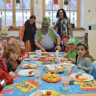 Bürgermeister Mandi Katzenmayer verteilte bei seinem Besuch im Kindergarten Bings und bei der Kleinkindbetreuung Bingser Zwergle Krapfen an die kleinen Mäschgerle.
