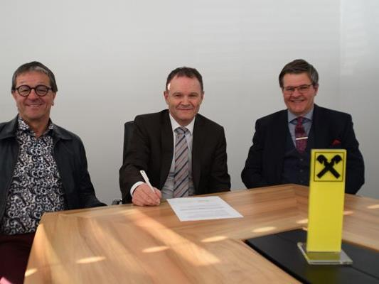 Finanzreferent Jürgen Bürkle mit Vorstandsdirektor Bernhard Stürz und Obmann Robert Melchhammer bei der Vertragsunterzeichnung