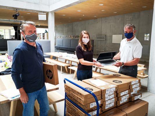 Übergabe der IT-Ausrüstung in einer VS in Bregenz