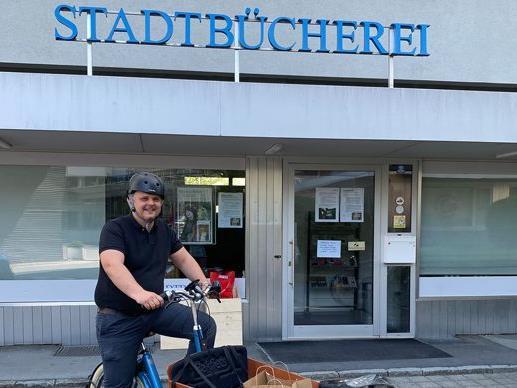 Stadtbücherei-Leiter Christian Rüscher vor der Zentrale in der Gerberstraße 4