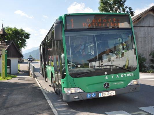 Aufgrund des Coronavirus wurde der Stadtbusverkehr in Bludenz Mitte März auf einen verkürzten Samstagsfahrplan umgestellt. Diese Regelung wird nun mit Montag, 4. Mai, aufgehoben. Die drei Linien der Bludenzer Stadtbusse verkehren somit wieder zu den gewohnten Kurszeiten. Den aktuellen Fahrplan aller drei Stadtbuslinien finden sie online unter www.bludenz.at/de/stadtbus sowie in der Fahrplan-App CleVVVer mobil. Eingeschränkte Öffnungszeiten im Servicebüro am Bahnhof Bludenz In Bludenz hat das Servicebüro derzeit zwischen 8 und 12 Uhr geöffnet. Die MitarbeiterInnen sind telefonisch unter 05552/83951-7410 sowie per E-Mail bludenz@vmobil.at erreichbar. Verhaltensregeln für die Öffi-Nutzung Nach wie vor gilt bei der Nutzung der Öffentlichen Nahverkehrsmittel die Schutzmaskenpflicht. Zudem bleibt der Vordereinstieg weiterhin geschlossen und der LenkerInarbeitsplatz abgesperrt. Das bedeutet, dass Tickets nicht mehr bei der BuslenkerIn oder beim Lenker gekauft werden können. Auch sollten die Fahrgäste zueinander einen Mindesabstand von 1 m einhalten.