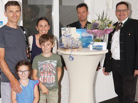 (v.l.n.r.): Andrea Hofmann mit ihrem Mann Wolfgang Hofmann und den Kindern Ina und Elias, Thomas E. Kinz (Vorstand Pfänderbahn AG) und Berthold Martan (Betriebsleiter Pfänderbahn AG
