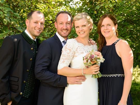 Das frisch vermählte Paar Melanie und Dietmar mit den Trauzeugen.