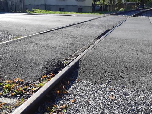 Der Bahnübergang in der Klarenbrunnstraße wird mit Kunststoffplatten aus Vollgummi verkehrstechnisch auf den neuesten Stand gebracht.