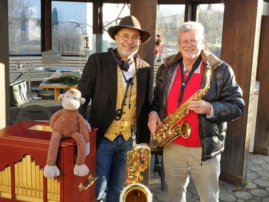 """""""Sax by Sax"""" und """"Toni&friends"""" spielten vor Pflegeeinrichtungen in Wolfurt und Weidach auf"""