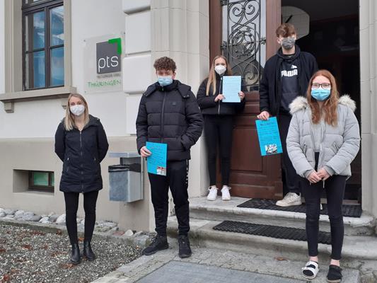Mit viel Freude gestalteten die Schüler*innen vom Poly Thüringen die Briefe für ältere Menschen.