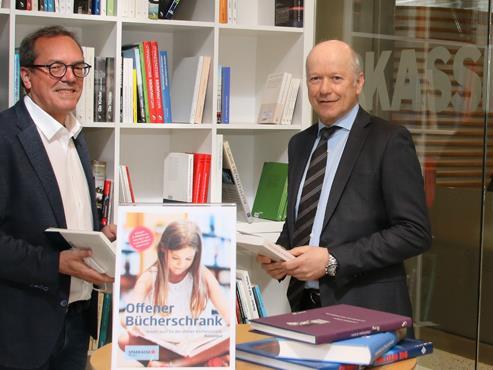 Freuen sich über den kleinen, aber feinen Platz mit edlen Werken für Bücherfreunde. Vorstandsvorsit-zender Christian Ertl (rechts) und Marketingleiter Arno Sprenger.