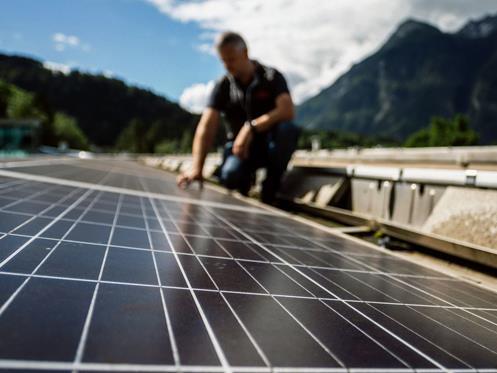 Die Photovoltaikalnlage am Dach des Val Blu ist nur eines von über 6000 PV- und Kleinwasserkraftwerken, dass Vorarlberger Ökostrom liefert.