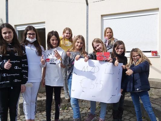 Die Kids der Volksschule MZO Ludesch sammelten für Menschen in Syrien und hatten jede Menge Spaß dabei! Sabine Fulterer von der youngCaritas freute sich über das Engagement der Kinder und nahm ihre Spende gerne entgegen.
