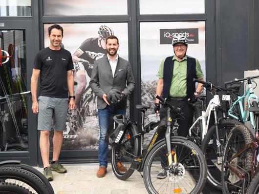 v.l.n.r.: Übergabe der neuen E-Bikes mit Gerhard Wagner (IQ Sports), Bürgermeister Simon Tschann und Umweltreferent Wolfgang Maurer