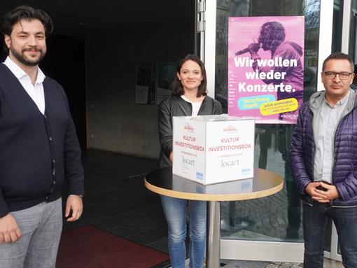 vlnr.: Kulturstadtrat Cenk Dogan, Maria Simma (Verein locart) und Kulturamtsleiter Stefan Kirisits