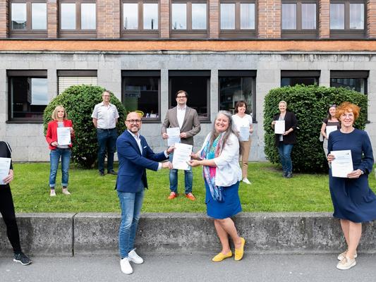 Bürgermeister Michael Ritsch mit MINT-Landeskoordinatorin Andrea Huber (Bildmitte), Stadträtin Eveline Miessgang (links) und HTL-Direktorin Claudia Vögel (rechts) bei der Zertifikatsverleihung