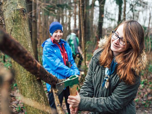 Freiwilligenarbeit und Freizeitaktivitäten in den Bergen sind die Themen der beiden Online-Umfragen auf aha plus.
