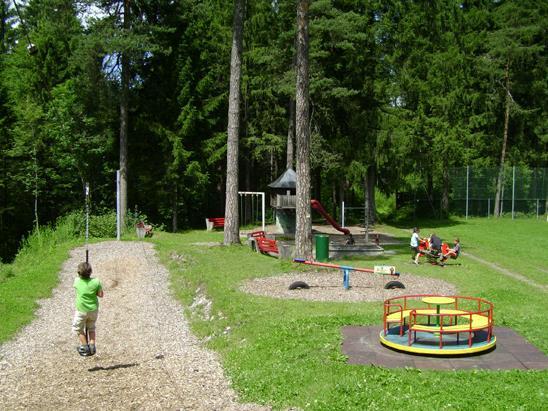 Abenteuer mitten in der wunderschönen Natur bietet der Spielplatz Unterrifazt.