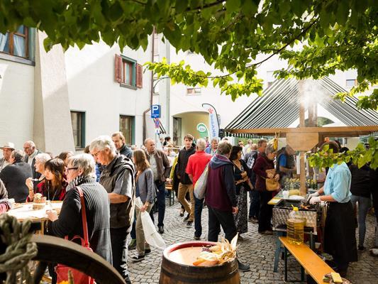 Bäuerinnen und Bauern aus der Region präsentieren ihre Produkte auf dem Bludenzer Erntedankmarkt.