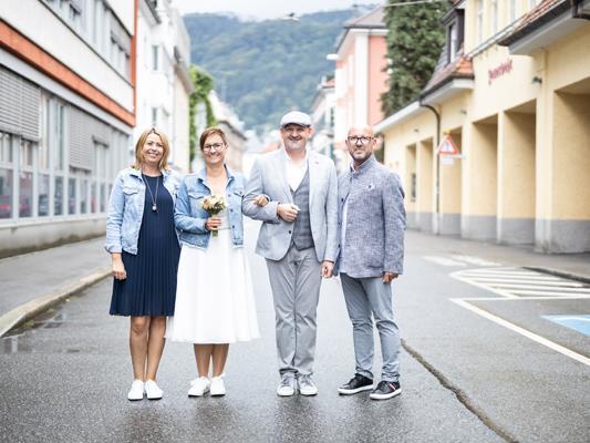 Das frisch vermählte Paar Manuela und Norbert mit den Trauzeugen