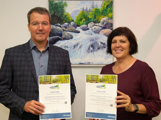 Geschäftsführer Mag. Rainer Hartmann mit Unterstützung von Michaela Reisch zeigen Engagement in den Klimaschutzprojekten.