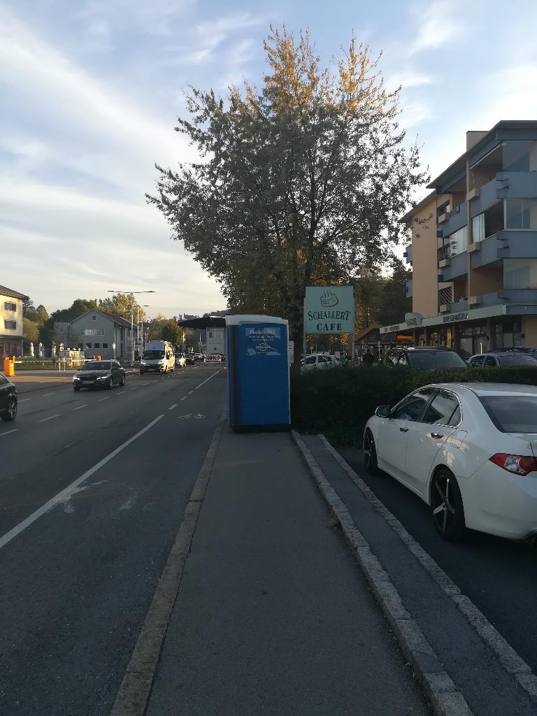Mobile WC am Gehsteig